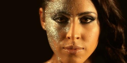 девушка модель с блестками на лице