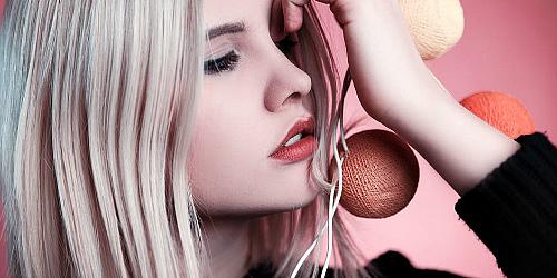 модель блонди и шарики